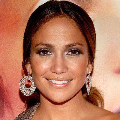 Jennifer Lopez  Geceleri koyu renk göz makyajınızı J.Lo gibi metalik parlak rujunuzla tamamlayabilirsiniz.